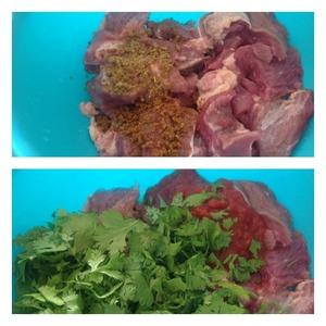 Мясо (у меня телятина), но можно свинину и мякоть говядины, нарезать не большими кубиками. Добавить соль и специи. Если есть возможность, то соль используйте сванскую или адыгейскую. Всю зелень мелко нашинкуйте и добавьте к мясу вместе с сацебели. Если нет этого соуса, можно заменить конечно и на кетчуп, но вкус будет уже не таким.