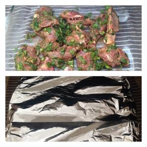 По прошествии времени мясо выложить в форму для запекания вместе со всеми соками, которое дало мясо. Форму накрыть фольгой и отправить в духовку на 1 час при 190 гр. Затем фольгу снять и оставить мясо до зарумянивания еще минут на 10-15.