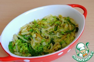 At the bottom of the baking dish place a layer of fried Chinese cabbage