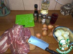 Подготовим все ингредиенты. Крупный лук почистим, мелкий оставим не тронутым. Из мяса удалим лишний жир и прожилки.