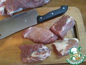 Нарежем мясо продолговатыми кусками, что ВАЖНО, и отправим его в кастрюлю. Благодаря такой нарезке, мы с легкостью нанизаем мясо на шампура вдоль волокон, при этом оно не будет проворачиваться во время жарки.