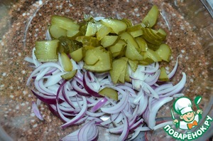 Peel the onion, chop and dismantle the feathers.  Put in a salad bowl.  Cut pickled cucumbers, polyolefine.  Mix the cucumbers and onions,  thus the onions slightly marinated with cucumber juice.