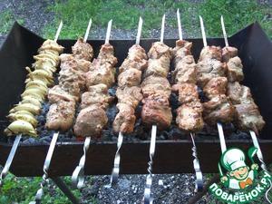 """Нанизываем мясо вдоль волокон, отдельно на шампур нанизываем лук, как на фото. Ставим мясо на """"крепкие"""" угли, дабы """"запечатать"""" соки внутри, и вращаем шампура, практически ПОСТОЯННО. Лук поставим чуть позже, когда мясо начнет зарумяниваться.    Приятного Аппетита!"""