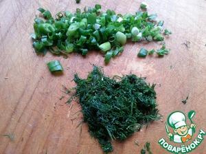 Укроп и зеленый лук мелко порезать.
