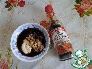 """В чашечку выкладываем майонез, измельченный чеснок, соус - маринад """" Teriyaki"""" ТМ """" Kikkoman"""", соус Табаско (по вкусу)."""