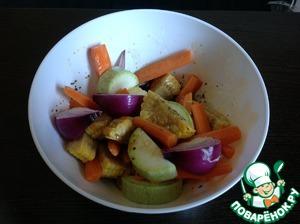 Овощи вымыть, крупно нарезать, выложить в миску с маринадом, хорошо перемешать. Накрыть миску крышкой и дать овощам промариноваться в течении 1-2 часов.