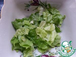 В салатник порвать руками листья салата.