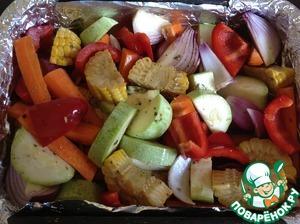 Противень или форму для запекания выстелить фольгой, смазать растительным маслом и выложить подготовленные овощи.