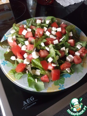 Put the feta cubes. Today I have cheese. Love still mix and cheese and feta. In fact, any soft cheese here is great. But even mozzarella we have been in this salad, too, was tasty