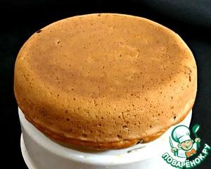 Готовый пирог извлечь с помощью подставки-пароварки (или обычной тарелки) и присыпать сахарной пудрой.