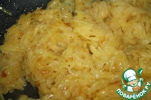 Затем к луку добавить натертый картофель и жарить до готовности.   Солим и перчим по вкусу.   Добавляем перловку, все хорошо перемешиваем, досаливаем если надо и добавляем около 50 мл. горячей воды.   Тушим все вместе около 5-10 минут.