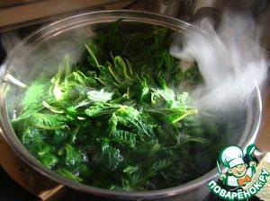 Крапиву залить водой, довести до кипения и варить 2 минуты, процедить. Сохранить 1/2 стакана отвара крапивы.