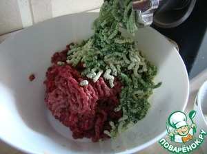 Пропустить через мясорубку мясо, лук, творог и крапиву.