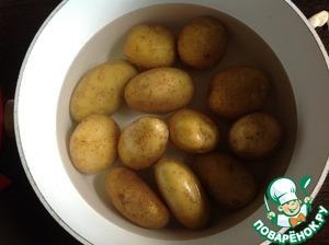 Подготовить картофель. Картофель помыть. Картофель урожая прошлого года отварить в кипящей воде 7-10 минут, остудить. Молодой картофель достаточно только хорошо помыть.