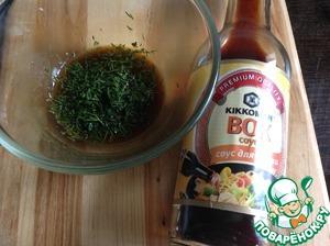 """В миске смешать оливковое мало, соевый соус, посолить и поперчить по вкусу. Я использовала соевый соус """"ВОК"""" ТМ Киккоман. Добавить немного специй, зелени и любимых приправ."""