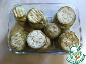 Eggplant peel and cut into slices. Fry. I was roasted on the grill. You can roast and in the pan. Divide the eggplant into 3 parts, since we will have several layers.