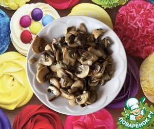 Chop the onion (I took the young bulb, it gently) and fry it in vegetable oil, then add to the onions sliced mushrooms and fry until cooked, a little salt. Place on a plate.