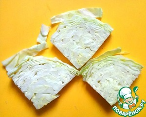 Cut the cabbage into triangles with thickness of 1-1,5 see I got 6 triangles.