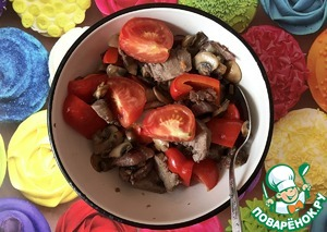 Tongue, mushrooms and vegetables put in a bowl and gently stir.
