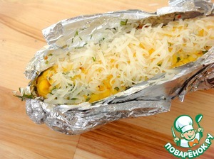 After a time, to get the corn, carefully cut into the foil with one hand and open the rolls. Pour melted butter and sprinkle with grated on a fine grater Parmesan or other cheese. To return to the coals and give the cheese to melt. If the corn is cooked at home, in a small bowl, melt the butter, add grated cheese, chopped herbs and heat to melt cheese. Finished sauce to pour corn.