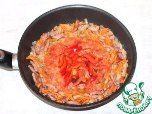 6. С помидора снимаем шкурку, измельчаем вилкой и добавляем в поджарку. Чтобы снять шкурку, надо опустить помидор в горячую воду на 1-2 минуты.