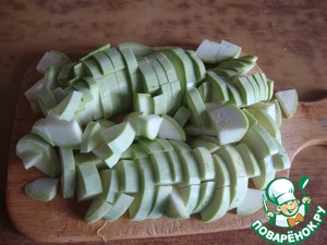 Slice the zucchini cubes, like potatoes. In a pan heat the oil and fry it from all the zucchini. To prisolit. It took me no longer than 7 minutes. Be guided by your taste, I fry lightly, so as not crunched and all.