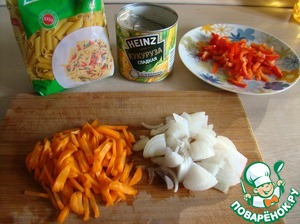 Julienne cut the onions, carrots and peppers. Pasta to boil.