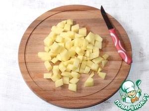 6. Put the cabbage, peeled and diced potatoes, cook until tender.