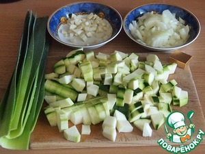Chop the onion, garlic, zucchini and the green part of a leek. If the leek is not very small, use whole.