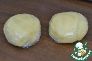 Замесить тесто. Разделить пополам.   Каждый кусочек завернуть в пленку и оставить в холодильнике на 1 час.
