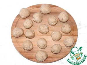 6. Generated from minced meat meatballs the size of a small walnut. A teaspoon and fingers to moisten. Sent meatballs into the boiling soup and cook for 5 minutes.