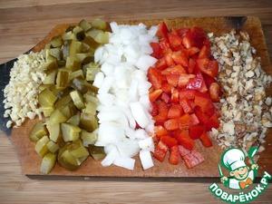 Пока бульон готовится, займемся овощами:   мелко нарезать болгарский перец, репчатый лук, соленые огурцы, грецкие орехи и измельчить чеснок.