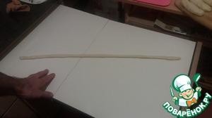 Раскатываем каждый кусочек в длинный жгут, толщиной около сантиметра.
