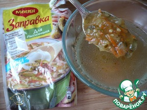 """Take the remaining cooked broth and dissolve it in 100 g dressing pickle """"Maggi""""."""