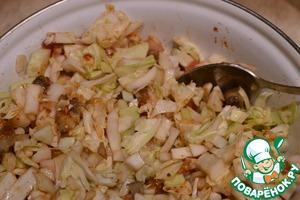 Смешать капусту, лук, помидор, грибы, немного! посолить, поперчить по вкусу, все тщательно перемешать
