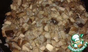 Mushrooms also finely chop. I had boletus. I have them boiled, in vain, of course. Boletus boil is not necessary - a little lost taste.  Mushrooms added to the onions. And simmer until evaporated water.