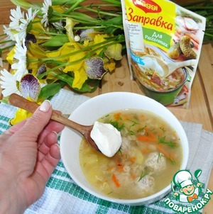 Serve the soup hot immediately with sour cream and dill melkorublenym.  Bon appetit!