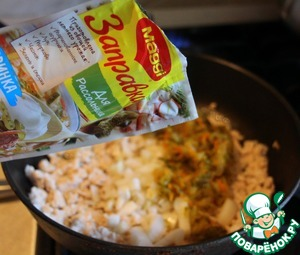 Next, add the finely chopped onion and MAGGI dressing for the Pickle, boil for 10 minutes.