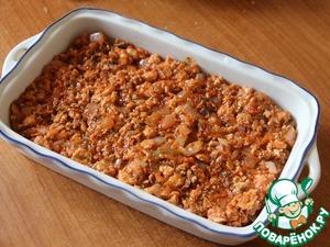 Добавить перец, соль, мускатный орех и томатную пасту, перемешать, выложить в форму для запекания.