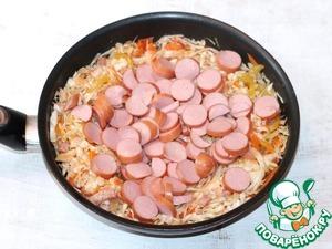 6... порезанные кружочками сосиски, кетчуп, душистый перец, лавровый лист, солим и перчим. Перемешиваем и готовим под крышкой еще 5 минут.