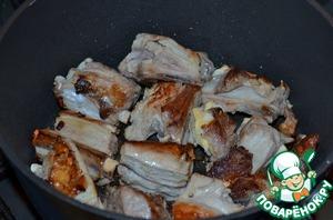Обжарить ребра со всех сторон на растительном масле до румяной корочки. Минут 5-7, на среднем огне.