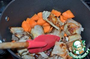 Выложить морковь к мясу и обжарить, 3-5 минут на среднем огне.