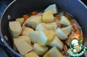 Картофель почистить и нарезать.   Добавить в кастрюлю и тушить еще 10 минут, на медленном огне.