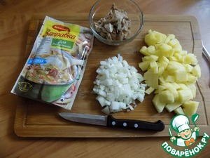All we will need for the filling of biscuits. Potatoes cut into cubes and cook a little nedbaeva without salt. Onions finely chop. The chicken I took boiled, which was cooked in unsalted water. Cut the pieces small.