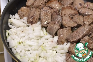 In a hot vegetable oil quickly fry the liver until brown crust, pushed aside, and next fry the diced onion.