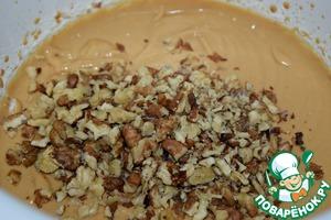 Орехи прокалить 3-4 минуты на сухой сковороде, порубить не очень мелко.   Добавить орехи в тесто, перемешать.