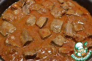 Add water so that the liver was almost covered, and tormented under the lid on low heat for 35-40 minutes.