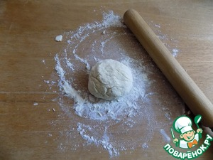 The rest of the flour put on Board and put there the dough. Shaped ball. If the dough is sticky mix in more flour a little bit.