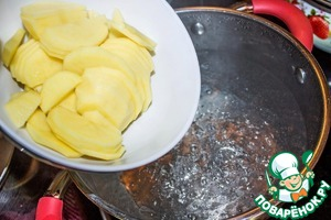 In a boiling water tosses the potatoes and cook for 10 minutes. The water is not salt! The filling is well salted, salt is no longer needed.