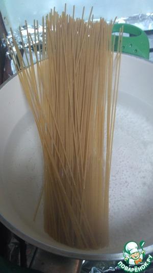Ставим воду для макарон, для тех, кто ленится и покупает уже готовые. Воду солим по вкусу, когда закипит кидаем макароны. Если креветки варили сами -для варки макарон используйте именно эту воду (процеженную), если нужно, добавьте кипятка. Мои спагетти - из цельнозерновой муки, называются Integrala. По опыту - вкуснее всего получается именно со спагетти или спагеттини (которые потоньше спагетти). Оставляем наши макароны вариться до состояния аль-денте.